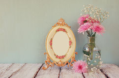 Image des fleurs roses et blanches et du cadre antique sur la table en bois le calibre, préparent pour mettre la photographie Photos stock