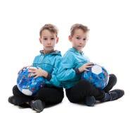 Image des frères jumeaux d'une manière amusante posant avec des boules Photo libre de droits