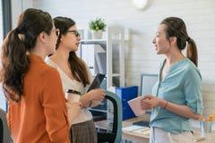 Image des gens d'affaires écoutant et parlant Photo stock