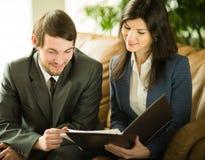 Image des gens d'affaires écoutant et parlant leur collègue lors de la réunion Photographie stock