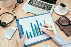 Image des mains d'affaires avec le stylo au-dessus du document d'entreprise dans le worki Photo stock