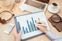 Image des mains d'affaires avec le stylo au-dessus du document d'entreprise dans le worki Photographie stock libre de droits