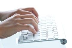 Image des mains femelles dactylographiant sur le clavier Photographie stock