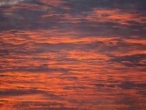 Image des nuages rouges de coucher du soleil Fond Configuration plate photographie stock libre de droits