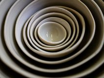 Image des plats et des cuvettes empilés au doux-foyer avec une belle pousse de modèle avec une macro-lentille photos stock