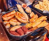 image des saucisses de proc faisant cuire sur un gril plat Photo stock