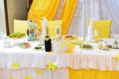 Image des tables plaçant à un amour de luxe de hall de mariage Photographie stock libre de droits