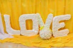 Image des tables plaçant à un amour de luxe de hall de mariage Images stock