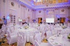 Image des tables plaçant au hall de mariage Photographie stock libre de droits