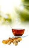 Image des tasses avec le thé et les sucreries sur le plan rapproché de fond de lumière du soleil Image libre de droits