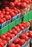 Image des tomates rouges mûres et juteuses au marché Photo libre de droits