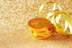 Image des vacances juives Hanoucca avec la pièce de monnaie traditionnelle de chocolat sur le fond de scintillement Images stock