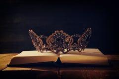 image discrète de belles reine/couronne de roi au-dessus de table en bois Vintage filtré période médiévale d'imagination photos libres de droits