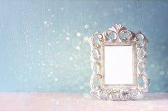 Image discrète de cadre classique d'antiquité de vintage et de fond en bois de lumières de table et de scintillement Image filtré photo libre de droits