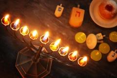 Image discrète de fond juif de Hanoucca de vacances avec le menorah et le x28 ; candelabra& traditionnel x29 ; et bougies brûlant Photos stock