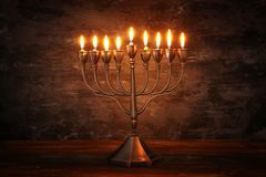 Image discrète de fond juif de Hanoucca de vacances avec le menorah et le x28 ; candelabra& traditionnel x29 ; et bougies brûlant Photographie stock libre de droits