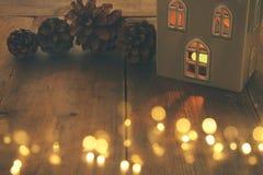 Image discrète de lanterne de maison avec la bougie brûlante et la lumière chaude dans les fenêtres au-dessus du vieux fond en bo Image libre de droits