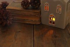Image discrète de lanterne de maison avec la bougie brûlante et la lumière chaude dans les fenêtres au-dessus du vieux fond en bo Images libres de droits