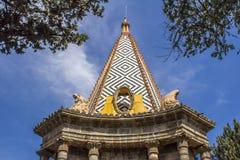 Image du dôme de la chapelle égyptienne sous forme de pyramide et de deux statues des personnes en deuil photo stock