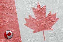 Image du drapeau canadien sur la glace avec un joint Photos stock
