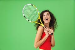 Image du joueur de tennis féminin attirant 20s souriant et tenant la raquette photo stock