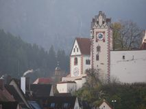 Image du paysage urbain de Fuessen avec le foyer sur le château photo stock