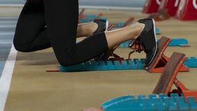 Image emballée par action d'un athlète féminin laissant les blocs commençants photo libre de droits