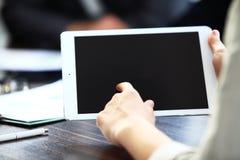 Image en gros plan d'un employé de bureau employant un touchpad pour analyser images libres de droits