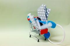 Image en gros plan d'un petit caddie avec une seringue, concepts médicaux de stéthoscope de pharmaceutique et matériel médical photo stock