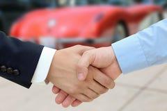Image en gros plan d'une poignée de main ferme après une affaire réussie de b Image libre de droits