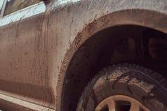 Image en gros plan d'une voiture sale après un voyage autour de la campagne Photos stock