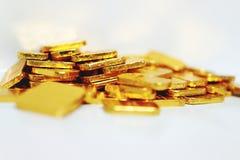 Image en gros plan de beaucoup de barres d'or se concentrant sur le fond blanc ?conomisant d'or d'or de marionnette d'affaires d' photo stock