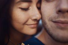Image en gros plan des couples romantiques affectueux Photographie stock