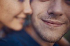 Image en gros plan des couples romantiques affectueux Photos stock
