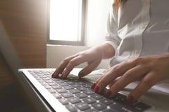 Image en gros plan des mains de jeune femme dactylographiant et écrivant des massages sur l'ordinateur portable, travaillant au c images libres de droits