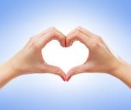 Image en gros plan des mains femelles dans une forme d'un coeur Images libres de droits