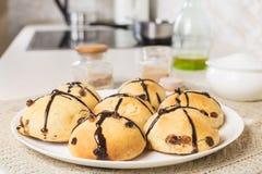 Image en gros plan des petits pains croisés frais cuits au four Photos stock