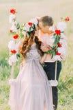Image en gros plan du bel dans-amour de couples embrassant sur l'oscillation d'arbre dehors Photographie stock