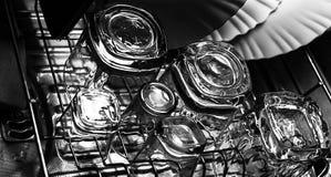 Image en gros plan noire et blanche des verres d'old-fashioned ou de roches de whiskey avec des verres de tir ou de tireur sur un image stock