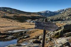 Image et indication de paysage d'hiver pour le lac de glacier pendant un jour ensoleillé dans Gredos, Espagne images stock