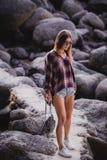 Image extérieure de mode de jeune dame élégante, à la mode Portrait de mode de vie de fille renversante de hippie, port élégant Image libre de droits
