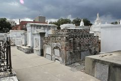 Image fantomatique dans un vieux cimetière ? photo stock