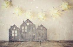 Image filtrée discrète et abstraite de décor en bois de maison de vintage sur la table et la guirlande en bois d'étoiles Image libre de droits