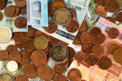 image financière conceptuelle de pièces de monnaie de billets de banque euro Image libre de droits