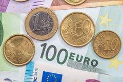image financière conceptuelle de pièces de monnaie de billets de banque euro réflexion réelle d'argent de maison de patrimoine de Image libre de droits