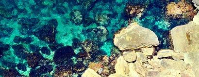 Image horizontale au-dessus de la lagune de baie de mer de turquoise de vue entourée par les formations en pierre photos stock