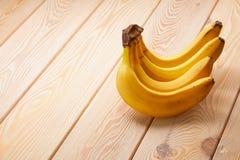 Image horizontale de groupe de banane sur la table en bois avec le copyspace photographie stock libre de droits