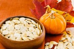Image horizontale des graines de citrouille avec le copie-espace Image stock