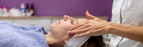 Image large de vue de jeune femme détendant sur la table de massage photos libres de droits