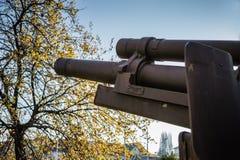 Image latérale de canon court de baril de vieil obusier images stock